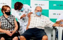 Dos adultos mayores se vacunan ayer en una clínica de Sao Paulo, Brasil.