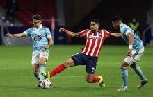 El colombiano Jeison Murillo y Denis Suárez intenta frenar al uruguayo Luis Suárez del Atlético.