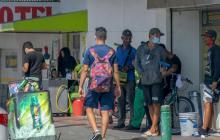 Un grupo de migrantes venezolanos que trabajan como limpia vidrios en la calle Murillo.