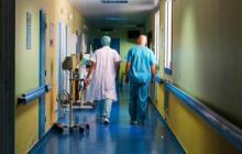 Personal de aseo, celadores y camilleros en riesgo de quedar sin vacuna