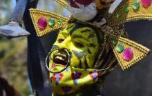 Indios africanos, cumbiambas, comparsas de fantasía, mohicanos dorados y otras manifestaciones carnavaleras rindieron homenaje a la Batalla de flores.