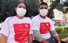 Indira Pérez y su esposo a las afueras de la entidad.