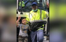 Un niño escondido en un contenedor de basura casi muere aplastado en EEUU