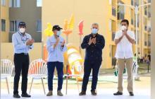 El alcalde Ucrós firma uno de los títulos de propiedad entregados ayer. Lo observan el presidente Duque, el alcalde Malagón y el presidente de Marval, Rafael Marín.