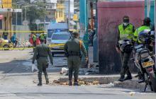 Uniformados recolectan una granada en el Centro.
