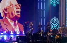 Emotivo homenaje salsero a Johnny Pacheco en Premios Lo Nuestro