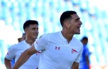 Pablo Sabbag Daccarett celebrando su primera anotación con Estudiantes de La Plata.