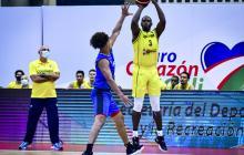 Juan Diego Tello intenta un triple ante la mirada del coach Guillermo Moreno.