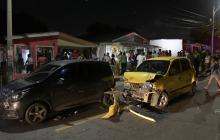 Así quedaron unos vehículos después de un choque.