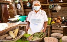 Margarita Barrios, matrona de Sibarco y dueña de 'El patio de Margui', donde personas prueban su plato estrella año tras año.