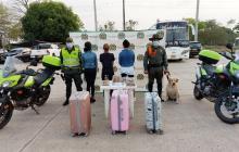 Las tres mujeres capturadas con la droga que les fue incautada.