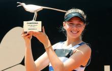 La estadounidense Amanda Anisimova posa al ganar el Claro Open Colsanitas WTA el 14 de abril de 2019, en Bogotá.
