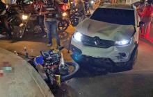 Carro embistió a una motocicleta: dos domiciliarios están graves