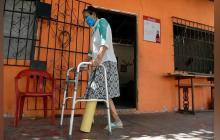 A falta de atención, mujer usa un tubo de PVC para caminar