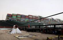 Más de 200 barcos varados por bloqueo del canal del Suez
