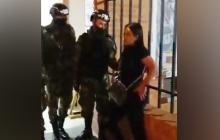 Mujer cachetea a soldado porque no la dejaban entrar a una unidad militar