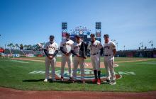 Donovan Solano recibe el Bate de Plata Silver Slugger 2020