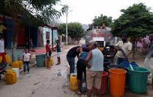 Agua con barro y mal olor llega a las casas en Luruaco