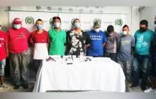 Policía captura a hombres armados que departían en vía pública