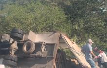 Saquean camión accidentado en la vía  Puebloviejo - Barranquilla
