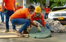 Instalan tapas de manjoles reciclables en Santa Marta
