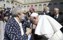 Papa besa el número tatuado en el brazo a una sobreviviente del Holocausto