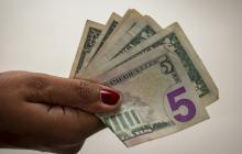 Dólar inicia perdiendo $14