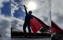 """Supermán brasileño quiso demostrar sus """"superpoderes"""" y fue atropellado por un bus"""