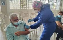 La dura tarea de las vacunadoras para salvar vidas frente a la covid