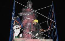 Retiran estatuas amenazadas de Colón e Isabel la Católica