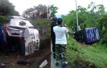 Varios heridos tras volcamiento de bus en Luruaco