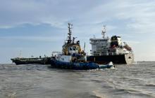 Buque con 10 mil toneladas de asfalto encalló en canal de acceso al puerto