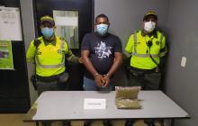 Policía captura a sujeto que transportaba marihuana en un taxi