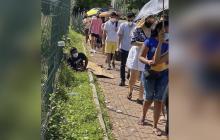 Joven se quedó dormido mientras hacía fila para vacunarse