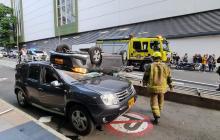 Carro cayó desde tercer piso y aplastó a otros vehículos, en Medellín