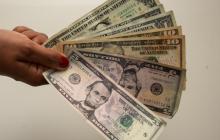 El dólar sostiene racha a la baja por cuarto día consecutivo