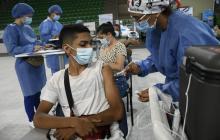 Masiva asistencia de mayores de 20 años en primer día de vacunación