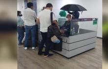 Por goteras en el Cortissoz, funcionarios de Migración trabajan con paraguas