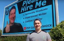 Publicó su currículum en una valla para conseguir trabajo; nadie lo contactó