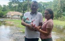 Entregan ayudas a Moisés, el bebé que nació en medio de una inundación