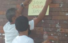 Familiares de víctimas en Gaira protestan en clínica donde internaron a Vives