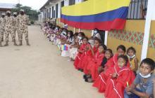 Ejército Nacional entregó pupitres, mesas y kits escolares a niños de la Alta Guajira