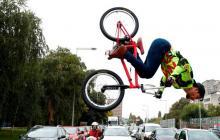 Un colombiano entretiene en Croacia a transeúntes con acrobacias en su BMX