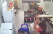 Empleado frustró atraco pegándole a delincuente en la cabeza con un rodillo