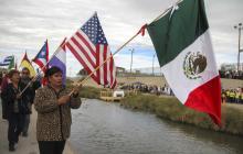 Cientos de personas asisten misa en frontera entre México y EEUU