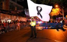 Con banderas y faroles blancos en la Guacherna, Policía rinde homenaje a los héroes caídos