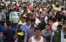 Miles de Venezolanos cruzan la frontera para abastecerse ante bloqueo de ayuda humanitaria
