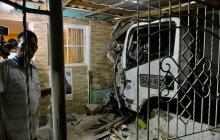 Así quedó registrado el choque de un camión contra una vivienda en La Manga