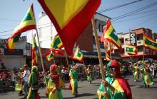 Desde el bordillo, el público goza la Gran Parada Carlos Franco
