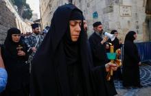 Una procesión ortodoxa del Viernes Santo recorre las calles de Jerusalén